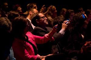 Le public fait partie de l'œuvre Le téléphone bien tempéré pendant le soirée bénéfice de la SMCQ.